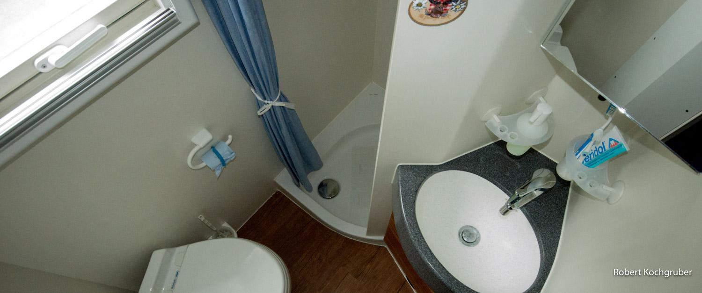 sind-reisen-in-einem-LKW-nachhaltig-expeditionsmobil-badezimmer