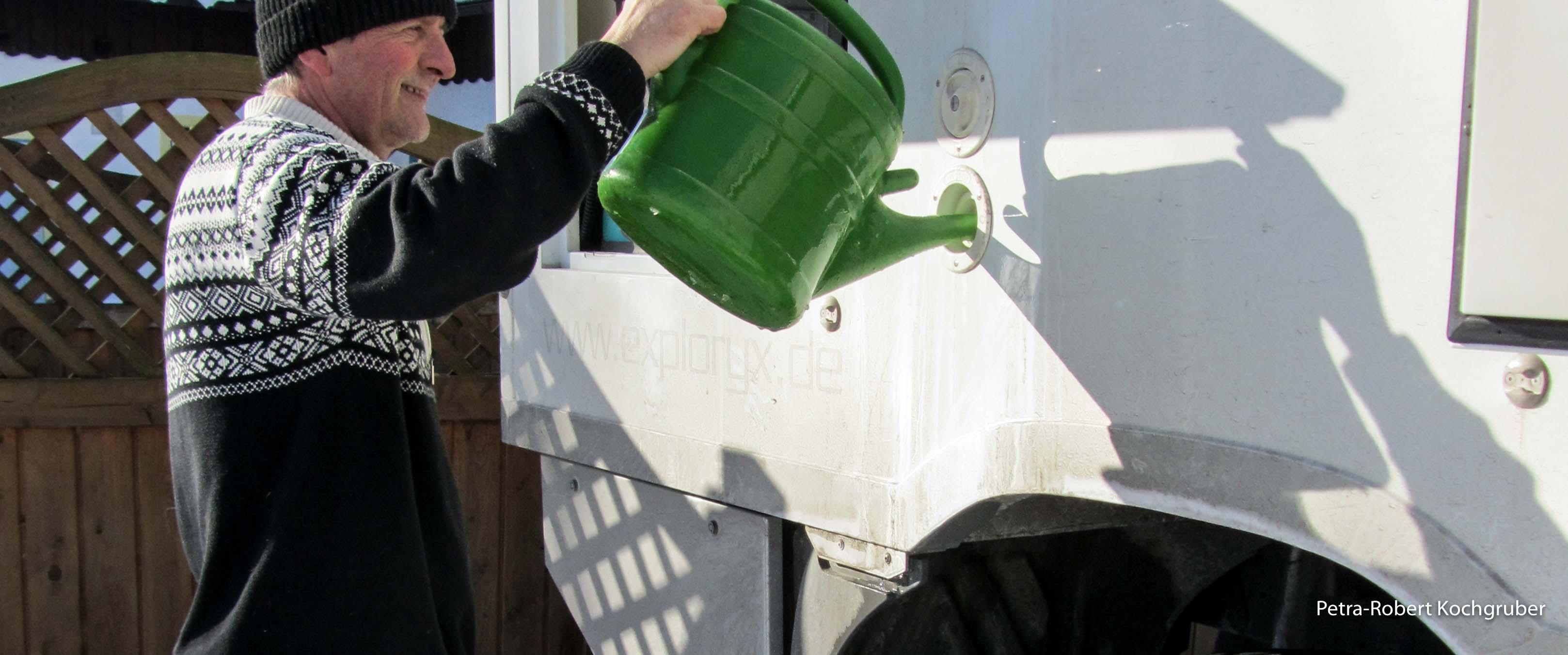 frischwassertank-fuellen-mit-gieskanne-am-wolfgangsee