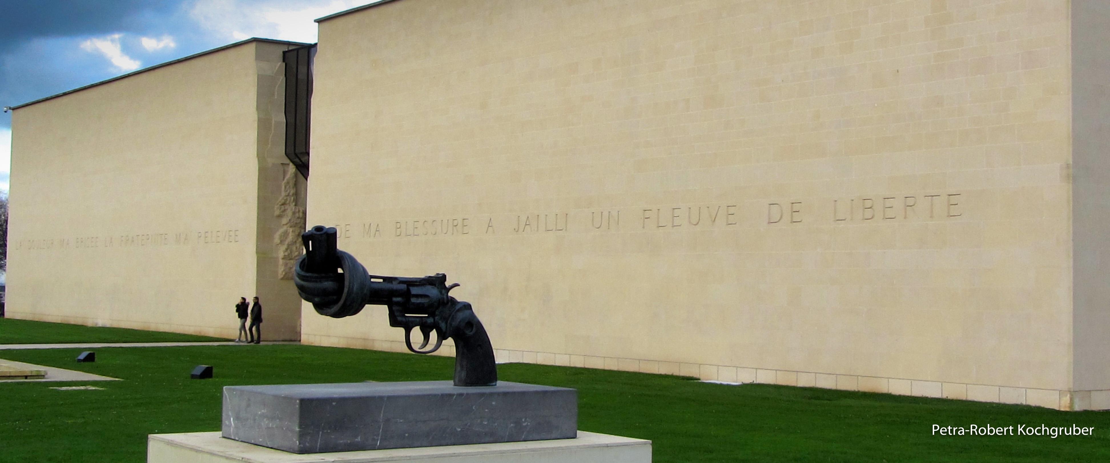 caen-memorial-skulptur-revolver-wohnmobil-in-der-normandie