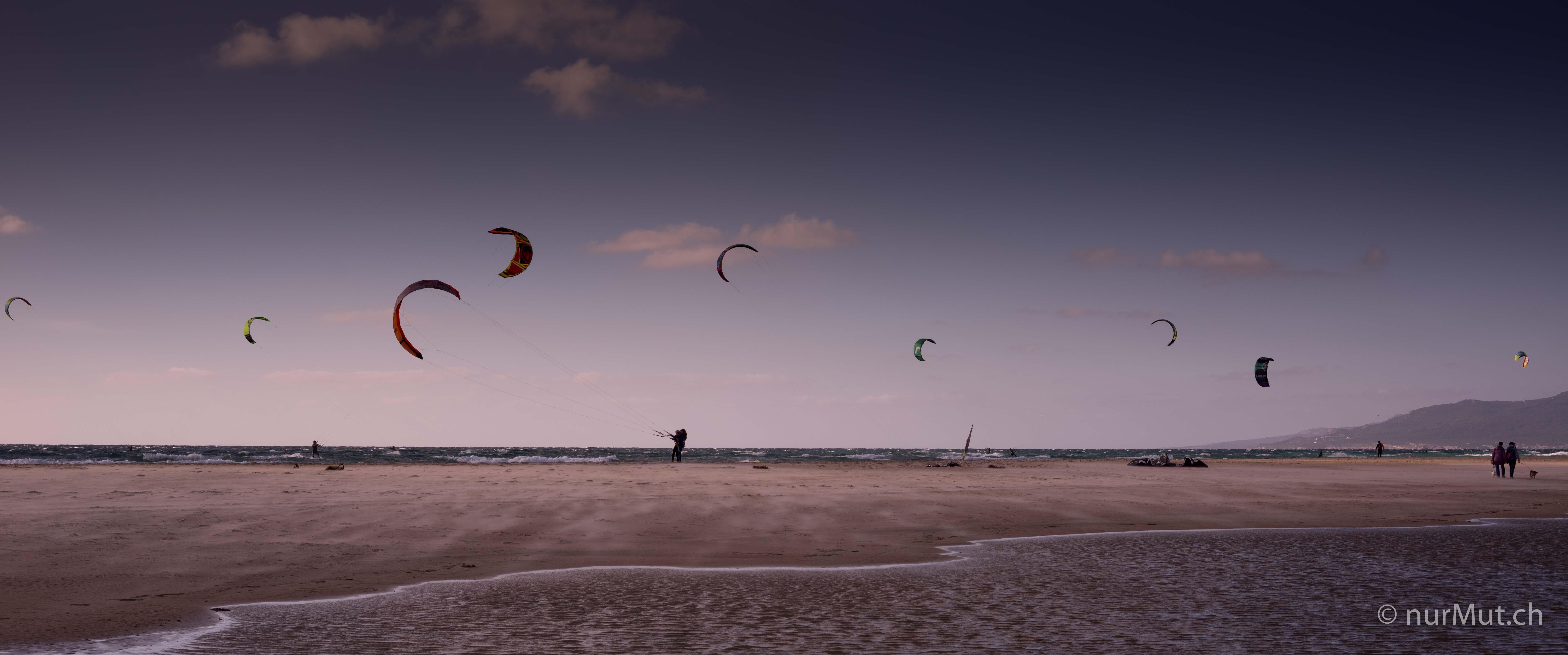 jenseits-von-afrika-reisen-ist-wie-das-leben-tarifa-kite surfer