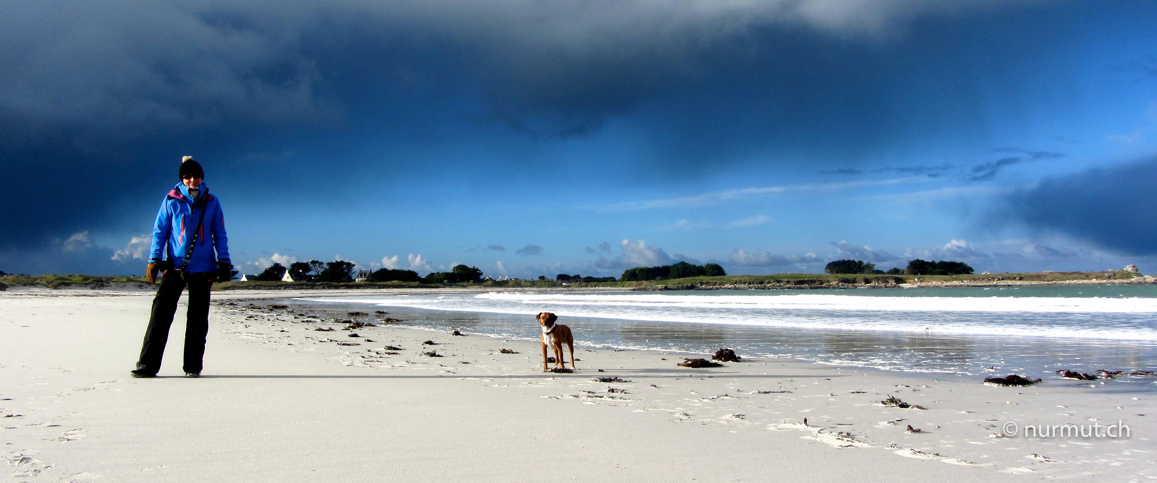 Bretagne-im-Winter-mit-Wohnmobil-und-Hund-Strand-Gewitterstimmung