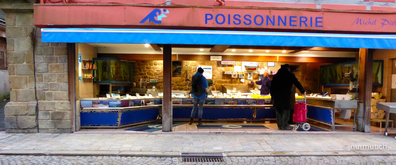 Bretagne-im-Winter-mit Wohnmobil-und-Hund-Poissonnerie-Fischgeschäft
